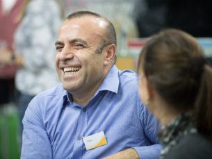 Teilnehmer lacht